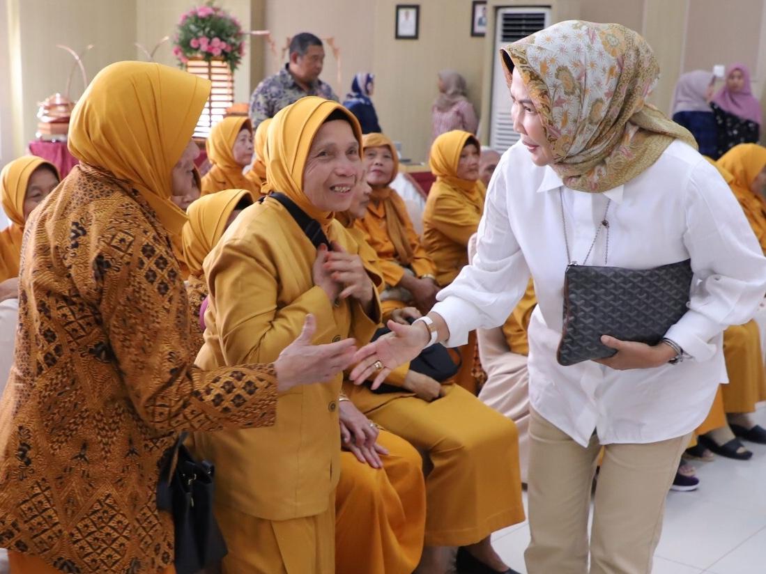 Wali Kota Batu Dewanti Rumpoko berjabat tangan dengan para veteran di Graha Pancasila Balai Kota Among Tani, Jumat (18/10/2019).
