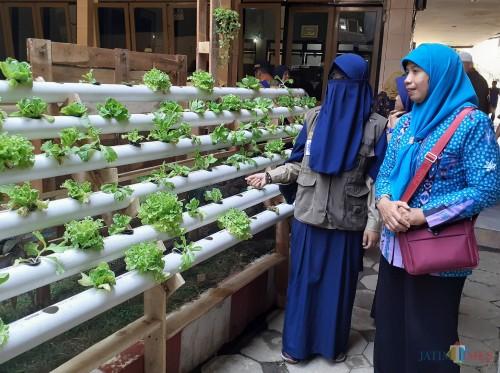 Tim juri Poskestren Provinsi Jatim saat melakukan peninjauan ke Pondok Pesantren Al Munawwaroh, Jum'at (18/10) (Arifina Cahyanti Firdausi/MalangTIMES)