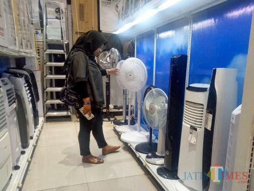 Foto ilustrasi pembeli kipas angin dan air cooler. (Foto: Imarotul Izzah/MalangTIMES)