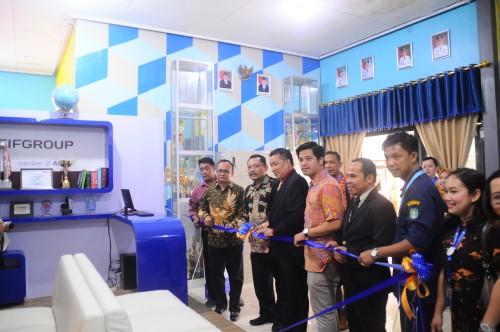 Kinalson Tarigan selaku Corporate Social Responsibility Department Head (Kanan) memberikan simbolis berupa reading corner pada SMKN 2 Singkawang