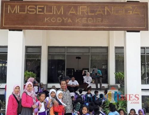 Nur Mukhyar Kepala Disbudparpora Kota Kediri bersama para pelajar di Museum Airlangga. (eko Arif s /JatimTimes)