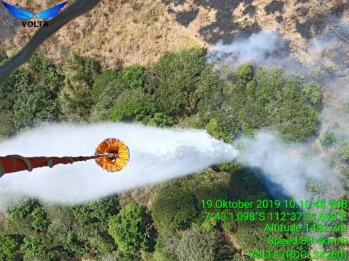 Proses water bombing di di Gunung Arjuno-Welirang, Sabtu (19/10/2019). (Foto: istimewa)