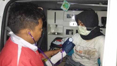 Lisa Miliana sedang diperiksa tim kesehatan sesaat setelah berhasil dievakuasi