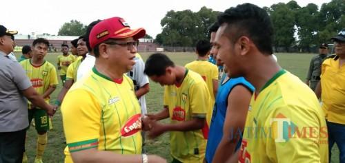 Bupati Tulungagng, Maryoto Birowo  saat memberikan selamat pada pemain Perseta selepas mengalahkan Bojonegoro FC dengan skor 6-0(foto : Joko Pramono/Jatim Times)