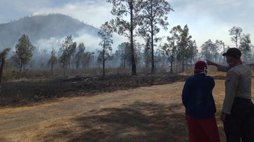 Orang tua Lisa Miliana sedang menunggu anaknya yang terjebak di Gunung Ranti.