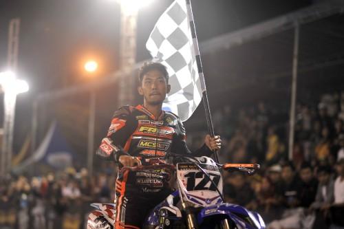 Farudilla Adam saat membawa bendera tanda ia memenangi race (istimewa)