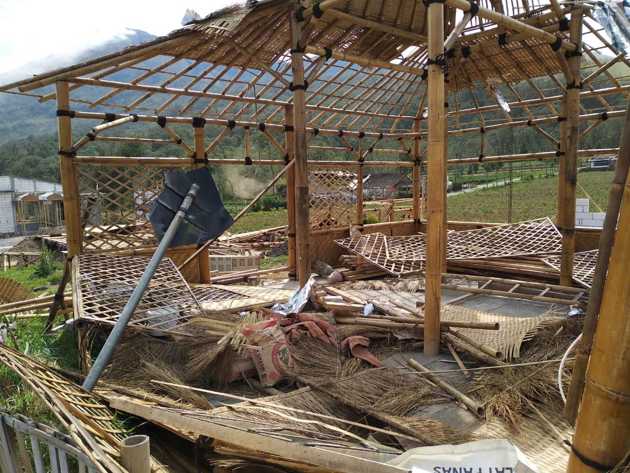 Kondisi warung yang terkena angin di Desa Sumber Brantas, Kecamatan Bumiaji. (Foto: istimewa)