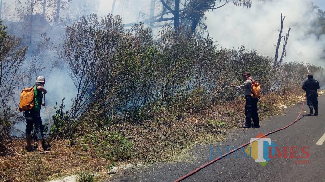 Petugas berusaha melokalisasi api agar tidak menjalar lebih luas lagi.