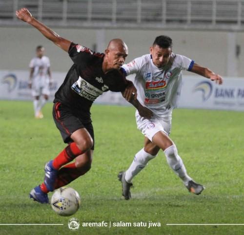 Rivaldi Bawuoh (kanan) saat mengawal ketat bek senior Persipura Jayapura Ricardo Salampessy (official Arema FC)
