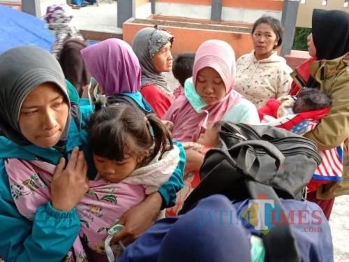 Suasana para pengungsi di Posko PB BPBD Kota Batu, Minggu (20/10/2019). (Foto: istimewa)