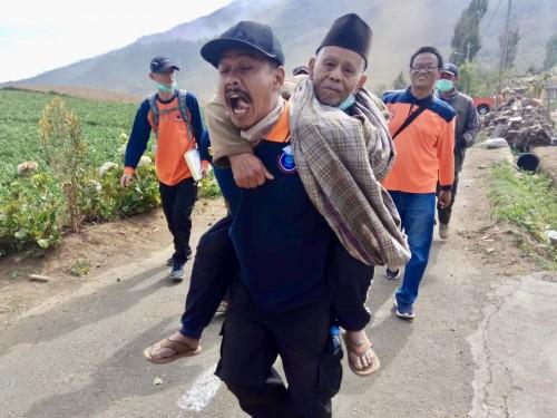 Tim BPBD Kota Batu saat mebantu mengungsikan warga Desa Sumber Brantas. (Foto: istimewa)