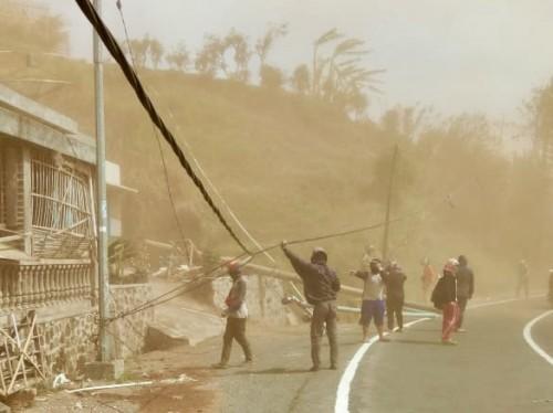 Warga bersama petugs saat mengkondisikan tiang listrik yang roboh di Desa Sumber Brantas Kecamatan Bumiaji, Minggu (20/10/2019). (Foto: istimewa)
