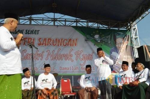 Bupati Malang Sanusi (kiri) dalam acara Hari Santri tahun lalu. (dok MalangTimes)