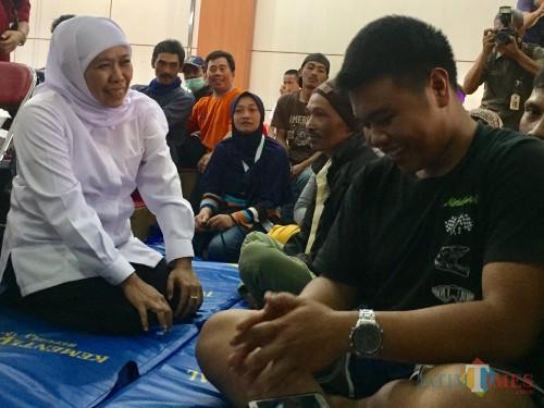Gubernur Jawa Timur Khofifah Indar Parawansa bersama pengungsi di Posko Balai Deaa Punten, Senin (21/10/2019). (Foto: Irsya Richa/MalangTIMES)