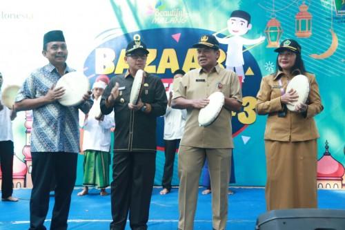 Suasana pembukaan Bazar Wisata Halal yang dipimpin langsung Wali Kota Malang Sutiaji. (dua dari kiri) di Jl Gajah Mada, Senin (21/10) (Foto: Humas Pemkot Malang)