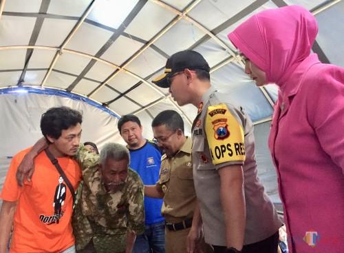 Wakil Wali Kota Batu Punjul Santoso bersama Kapolres Batu AKBP Harviadhi Agung Prathama saat melihat salah satu pengungsi yang sedang sakit di posko BPBD Kota Batu, Senin (21/10/2019). (Foto: Irsya Richa/MalangTIMES)