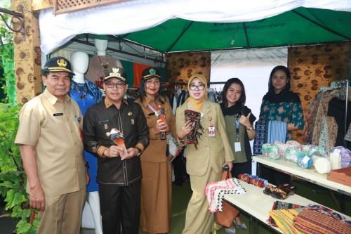 Wali Kota Malang Sutiaji (dua dari kiri) saat meninjau Bazar Wisata Halal di Jl Gajah Mada, Senin (21/10). (Foto: Humas Pemkot Malang)