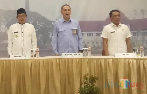 Wali Kota Malang Sutiaji (paling kiri), Kepala Kanwil DJP Jatim III Rudi G. Bastari (tengah), dan Kepala BP2D Kota Malang Ade Herawanto (kanan). (Anggara Sudiongko/MalangTIMES)