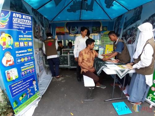 Suasana pemeriksaan kesehatan di booth Dinas Kesehatan Kota Malang, dalam acara Bazar Wisata Halal (Arifina Cahyanti Firdausi/MalangTIMES)