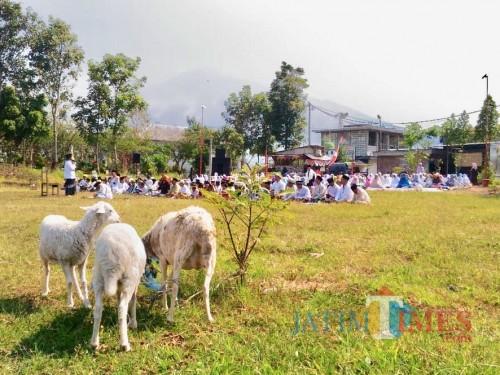 Para jamaah saat melaksanakan salat istisqa di lapangan Lesti Utara, Kelurahan Ngaglik, Kecamatan Batu, Selasa (22/10/2019). (Foto: Irsya Richa/MalangTIMES)
