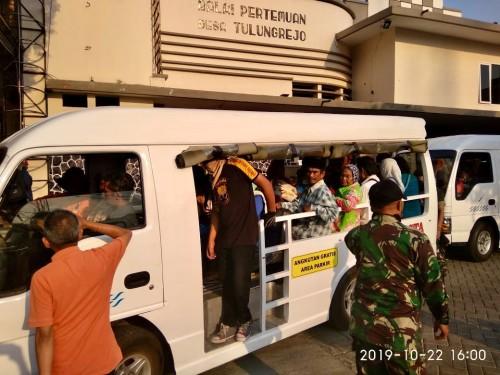 Para pengungsi saat akan berangkat menggunakan mobil shuttle di Balai Desa Tulungrejo, Selasa (22/10/2019). (Foto: istimewa)