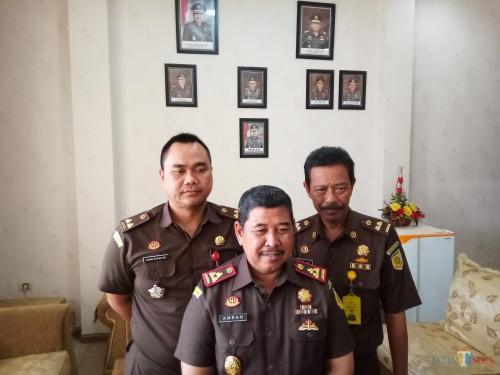 Kajari Kota Malang, Amran Lakoni (tengah), Kasi Intel Ujang Supriyadi (kiri) dan Kasubagbin Heru (kanan)(Anggara Sudiongko/MalangTimes)