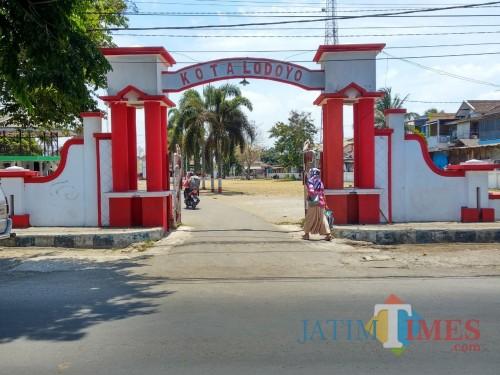 Pintu gerbang di salah satu sudut Kota Lodoyo yang kini menjadi bagian dari Kecamatan Sutojayan.(Foto : Malik Naharul/BlitarTIMES)