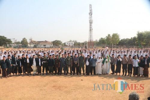 Ribuan Santri saat mengikuti upacara hari santri di lapangan Lirboyo. (Eko Arif S /JatimTIMES)