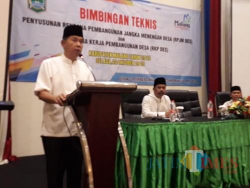 Sekda Kabupaten Malang Didik Budi Muljono saat memberikan sambutan kepada peserta Bimtek penyusunan dokumen perencanaan pembangunan desa. (for MalangTimes)