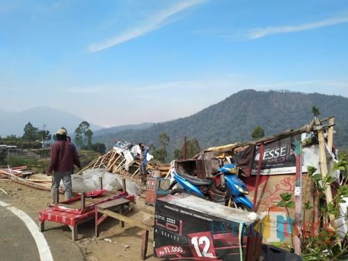 Warung pedagang kaki lima yang porak poranda di Desa Sumber Brantas.