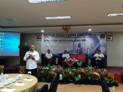 Kepala DPMPTSP Kota Malang, Erik Setyo Santoso  saat memaparkan materi dalam Sosialisasi Laporan Kegiatan Penanaman Modal (LKPM) online  (Arifina Cahyanti Firdausi/MalangTIMES)