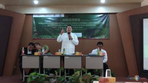 Blak-blakan, Ketua DPRD Kabupaten Malang, Didik Gatot Subroto (berdiri) saat menjadi pembicara dalam diskusi publik bertema Perlindungan Lahan Pertanian Pangan Berkelanjutan (PLP2B) di Tengah Arus Industrialisasi dan Investasi di Kabupaten Malang