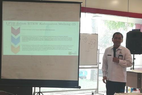 Kepala Bappeda Kabupaten Malang Tomie Herawanto saat menyampaikan pemikirannya dalam diskusi terbuka LP2B. (Nana)