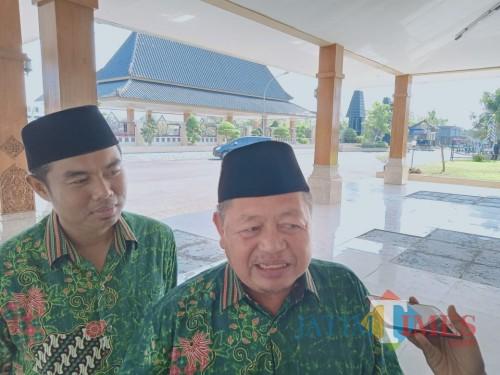 Ketua PCNU Kabupaten Blitar KH Masdain Rifai (kanan). (Foto : Aunur Rofiq/BlitarTIMES)