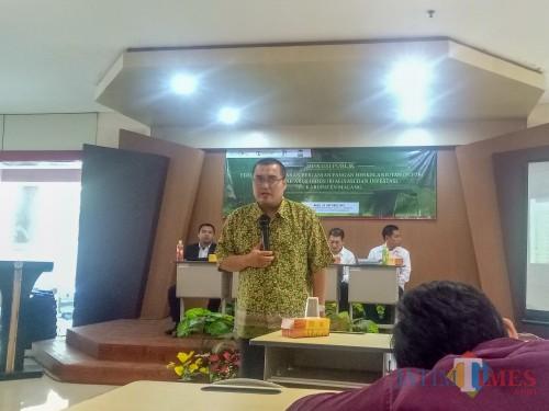 Peneliti Pusat Pengembangan Otonomi Daerah, Ria Casmi Arrsa, dalam diskusi publik Perlindungan Lahan Pertanian Pangan Berkelanjutan (PLP2B) di Tengah Arus Industrialisasi dan Investasi di Kabupaten Malang. (Foto: Imarotul Izzah/MalangTIMES)
