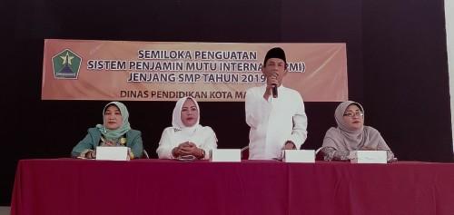 Sekretaris Dinas Pendidikan Kota Malang Totok Kasianto saat membuka acara Semiloka Penguatan SPMI. (Foto: Humas)