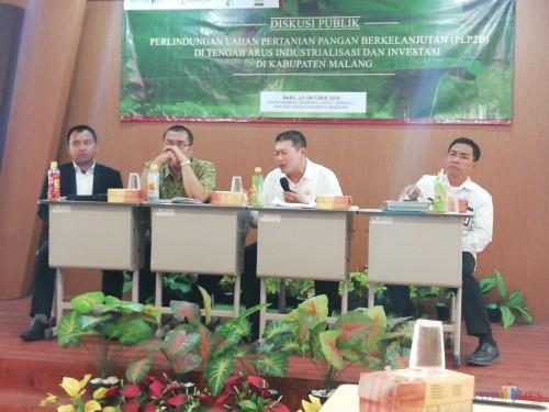 Ketua DPRD Kabupaten Malang Didik Gatot Subroto (dua dari kanan) sampaikan kritik terhadap Pemkab Malang terkait LP2B. (Nana)