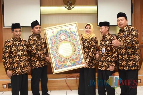 Wakil Wali Kota Kediri Lilik Muhibbah saat melepas peserta kafilah MTQ ke-28 tingkat Provinsi Jawa Timur. (eko Arif s /JatimTimes)