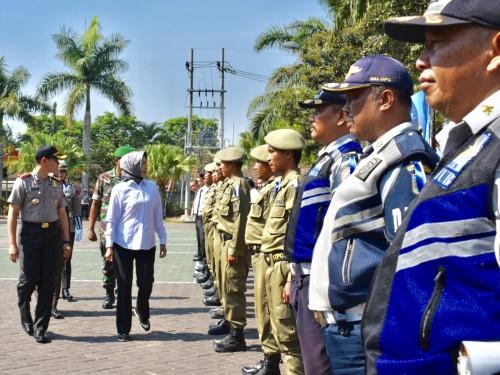 Wali Kota Batu Dewanti Rumpoko bersama Kapolres Batu AKBP Harviadhi Agung Prathama saat mengecek kelengkapan petugas di Mapolres Batu, Rabu (23/10/2019).