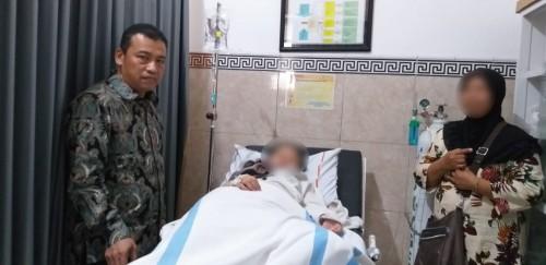 Ketua Komisi D DPRD Kota Malang, Ahmad Wanedi (kiri) saat mengunjungi salah satu siswa yang dirawat dan bukan positif difteri (Istimewa).