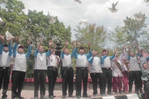 Plt wali kota Blitar, kepala DLH, dan jajaran kepala OPD melepas burung dara sebagai penutup acara peringatan Hari Lingkungan Hidup Sedunia dan HCPSN.(Foto : Aunur Rofiq/BlitarTIMES)