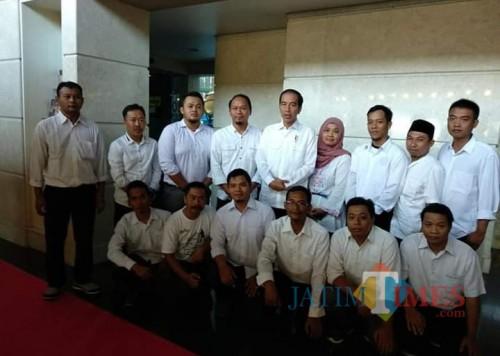 Relawan Alap-Alap Jokowi bersama presiden di sebuah acara di Tulungagung. / Foto : Istimewa / Tulungagung TIMES
