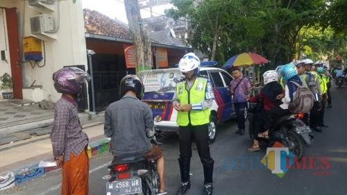 Sejumlah pengendara diberhentikan polisi untuk selanjutnya diperiksa kelengkapan surat-suratnya, Kamis (24/10/2019) (Fahrurrosyi/PamekasanTIMES)