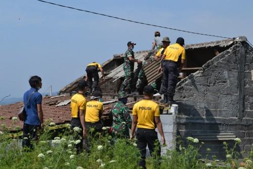 Warga, TNI, dan Polres Batu saat kerja bakti benahi rumah di Desa Sumber Brantas Kecamatan Bumiaji,Kamis (24/10/2019).