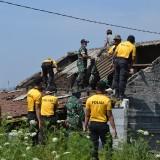 Gotong Royong, Personel Polres Batu Bersama TNI dan Masyarakat Benahi Rumah dan Sawah Pasca Bencana Angin Kencang