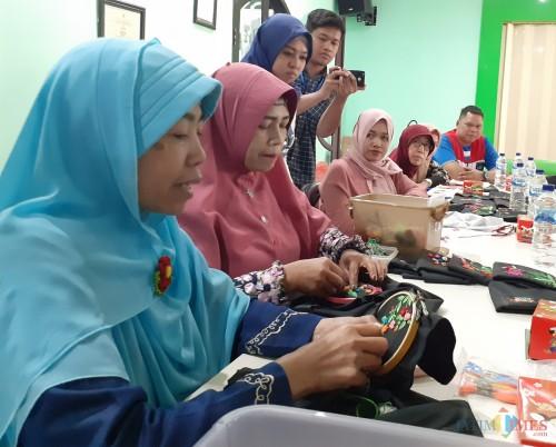 Suasana pelatihan menyulam para istri dari Awak Mobil Tangki (AMT) di Terminal BBM Malang, Jumat (25/10). (Arifina Cahyanti Firdausi/MalangTIMES)