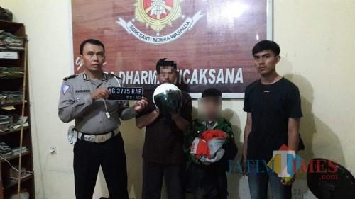 Tersangka saat diamankan di Mapolsek Kota Tulungagung / Foto : Istimewa / Tulungagung TIMES