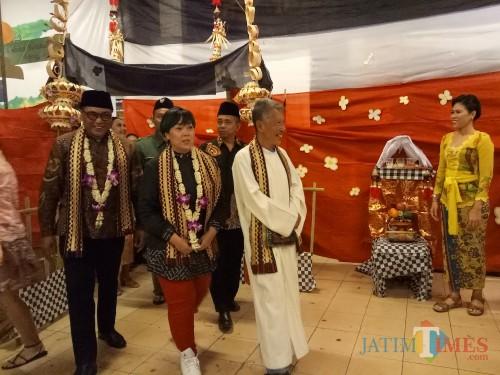 Inayah Wahid dan Wakil Wali Kota Malang Bung Edi saat mengunjungi pameran budaya dalam event Pelangi Bangsaku ke-8 SMAK Kolese Santo Yusup Malang. (Foto: Imarotul Izzah/MalangTIMES)