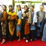 Melenggang di Bantaran Sungai Brantas, Mahasiswi Asing Sukses Peragakan Busana Batik Malangan