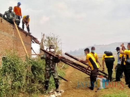 TNI, Polri, bersama warga gotongroyong benahi atas rusak di Kecamatan Bumiaji, Sabtu (26/10/2019).